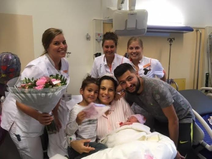 De gelukkige ouders met hun dochter, de duizendste baby die werd geboren in het Amalia kinderziekenhuis in Nijmegen.