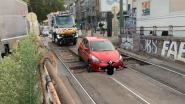 Tramverkeer tijdje stil nadat automobilist zich vastrijdt op sporen