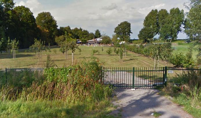 Het voetbalveldje achter de brouwerij moet worden opgeruimd