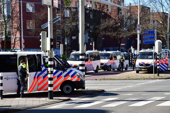 Meerdere politiebussen zijn uitgerukt.