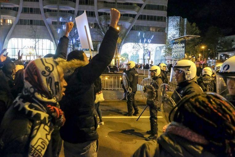 Rond 16 uur zaterdagavond was aan het Poelaertplein, bij het Brusselse justitiepaleis, een vreedzame betoging aan de gang. Een groep jongeren infiltreerde en begon amok te maken.