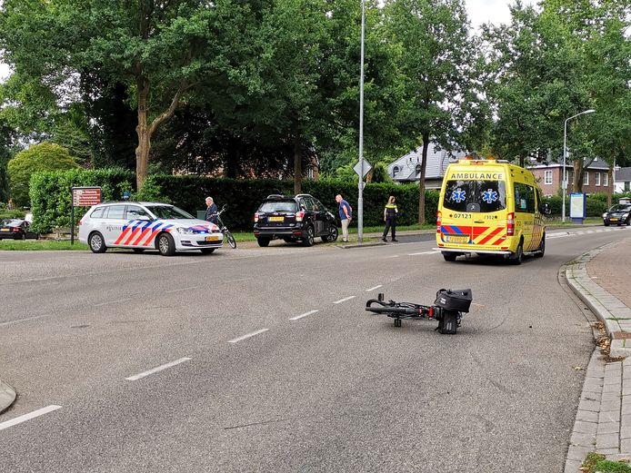 Een fietser is gewond geraakt na een aanrijding met een auto in Bennekom.