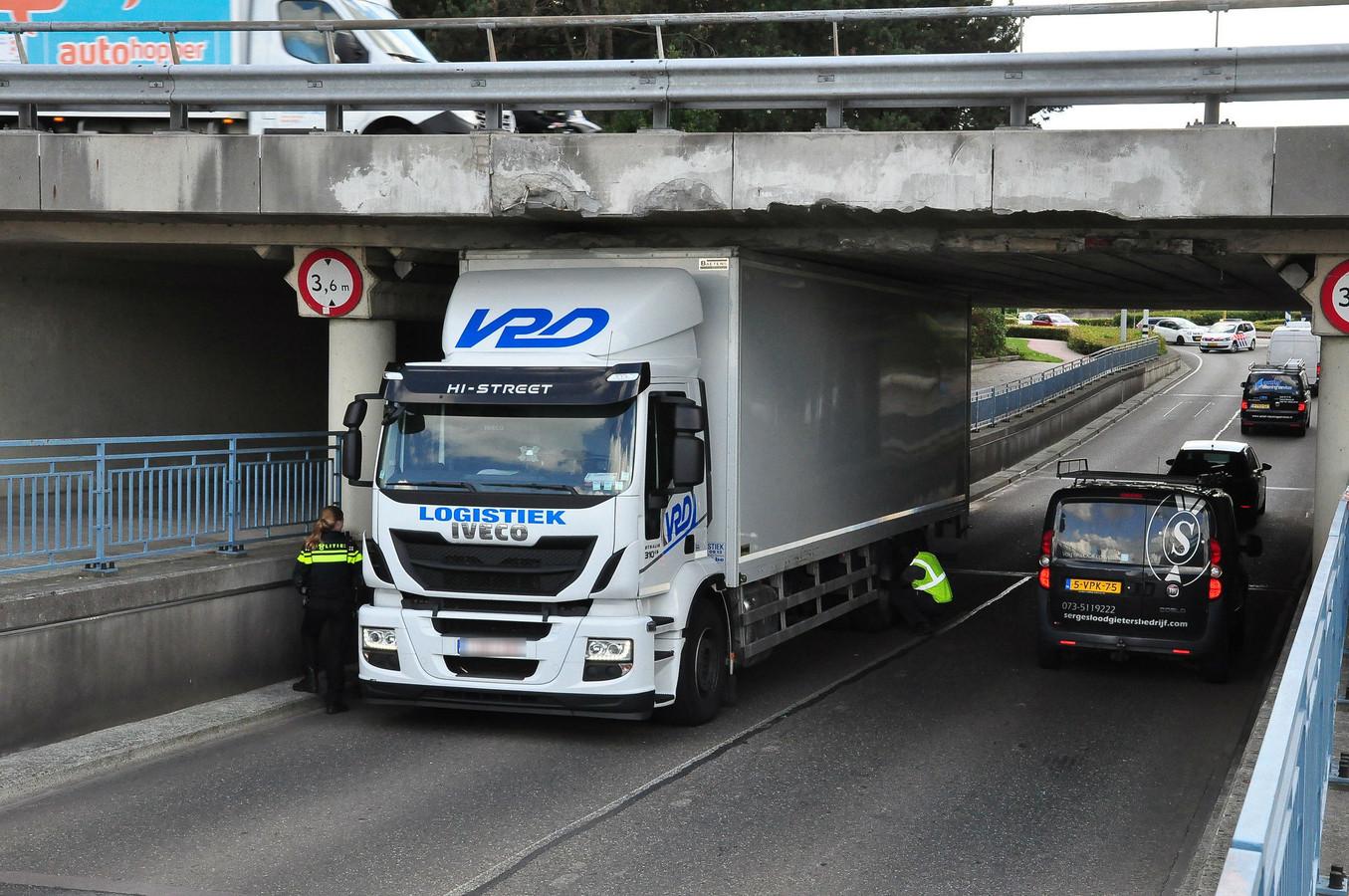 Weer een vrachtwagen vast onder het viaduct op de Hertog Janstraat in Waalwijk.