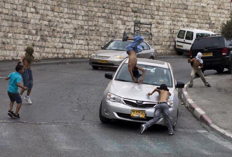 David Be'eri reed in 2010 in Oost-Jeruzalem Palestijnse jongeren die stenen hadden gegooid omver. Beeld getty