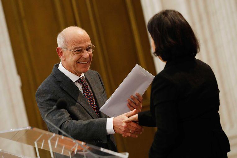 Informateur Gerrit Zalm biedt Tweede Kamervoorzitter Khadija Arib het regeerakkoord aan.  Beeld ANP