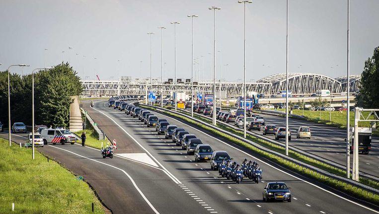 Net als woensdag stonden er vandaag veel mensen op viaducten en langs de snelwegen waar de colonne met lijkwagens passeerde. Beeld anp