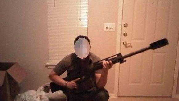 Een voormalige Amerikaanse militair die voor Edgar Galvan zou gewerkt hebben, poseert met een kalsjnikov.