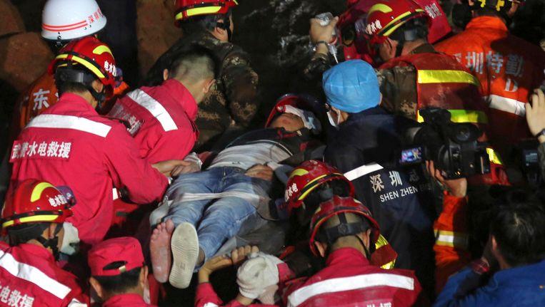 Reddingswerkers halen de overlevende onder het puin vandaan in Shenzhen. Beeld AP