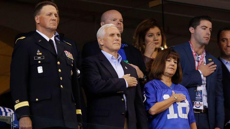 De Amerikaanse vicepresident Mike Pence met zijn vrouw Karen voorafgaande aan een NFL-wedstrijd tussen de Indianapolis Colts en de San Francisco 49ers.