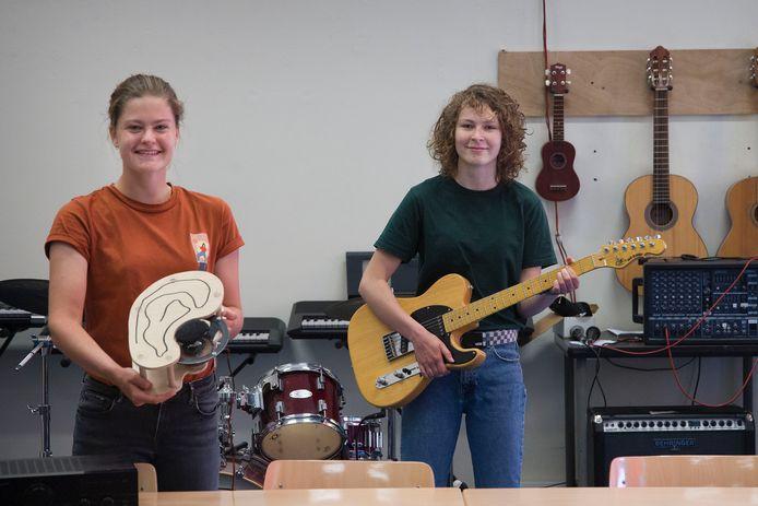 Sophie Aulbers (links) en Aimee Mulderije hebben met hun profielwerkstuk een prijs gewonnen van de KNAW.