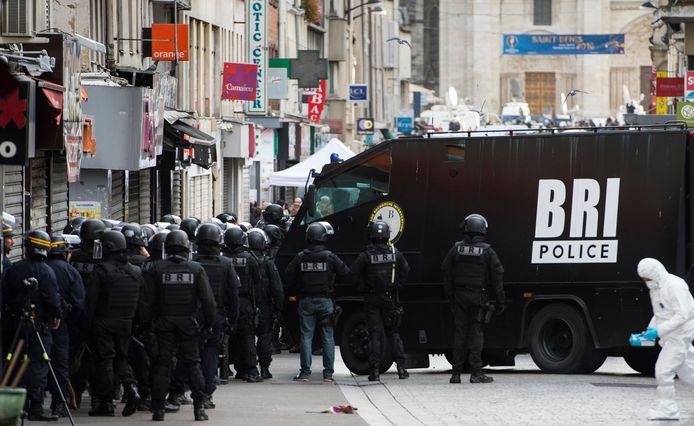 Beeld van de grote politiebelegering van een appartement in Saint-Denis op 18 november 2015.