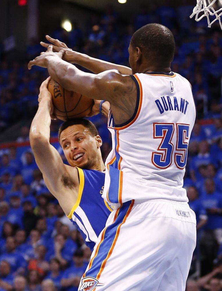 Kevin Durant slokt een schotpoging van Stephen Curry op. Beeld epa