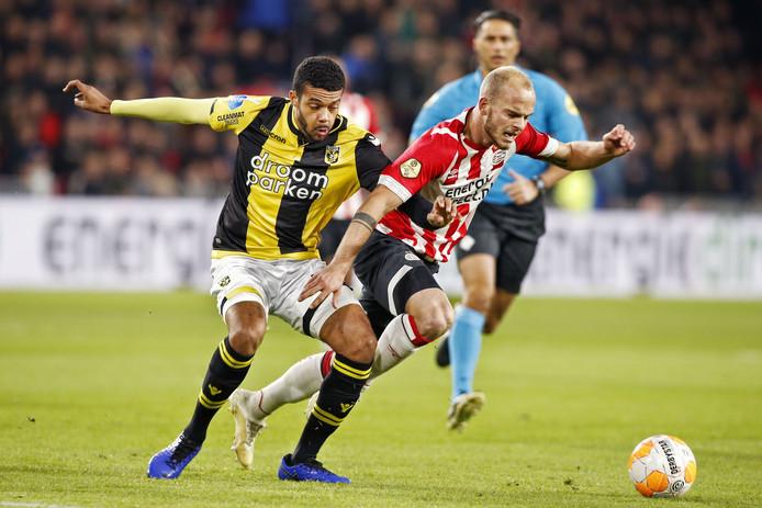 Jake Clarke-Salter (links) in duel met Jorrit Hendrix van PSV.