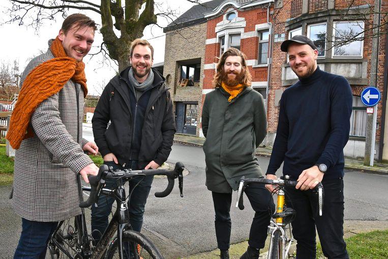 Christophe Swyngedauw, Toon Wybo, Jasper Delbecke en Jasper Dejonckheere malen straks ruim 100 kilometer op de fiets ten voordele van Telex dat z'n uitvalsbasis heeft bij Inval op de Onze-Lieve-Vrouwemarkt.