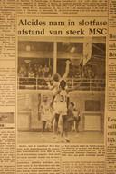Een foto uit het boek 'Desi Bouterse; een Surinaamse tragedie' van Pepijn Reeser. Het is een afbeelding van een wedstrijdverslag van de Meppeler Courant in 1972. Bouterse speelt met nummer 34 en kijkt toe.