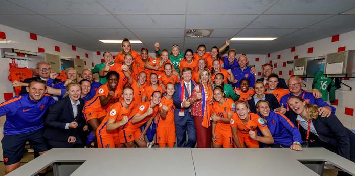 Koning Willem-Alexander en koningin Maxima kwamen na afloop in de kleedkamer om de speelsters te feliciteren met hun overwinning op Noorwegen.