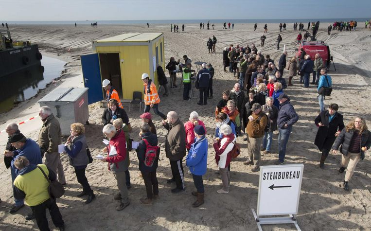 Mensen staan in de rij om te kunnen stemmen op één van de Marker Wadden, een gebied dat normaal niet toegankelijk is voor bezoekers. Beeld null