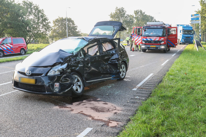De auto liep enorme schade op door de aanrijding met een vrachtwagen in Emmeloord.
