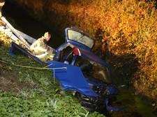 Auto na botsing met boom in de sloot in Herwijnen