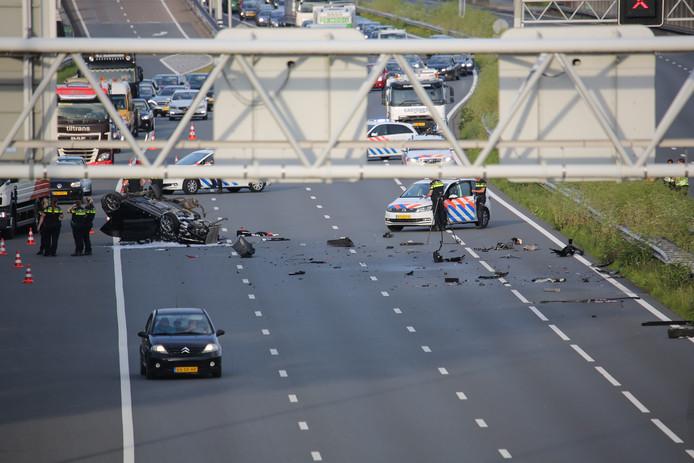 Auto over de kop en in brand geraakt op de A12 tussen Zoetermeer en Den Haag.