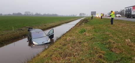 Auto schiet van A28 in sloot bij De Wijk