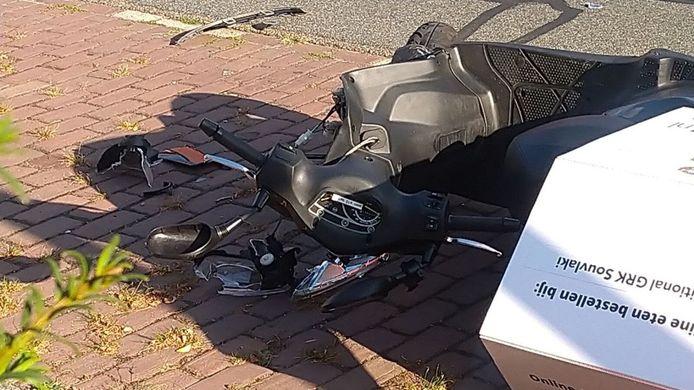 De scooter liep veel schade op door het ongeluk in Wageningen.