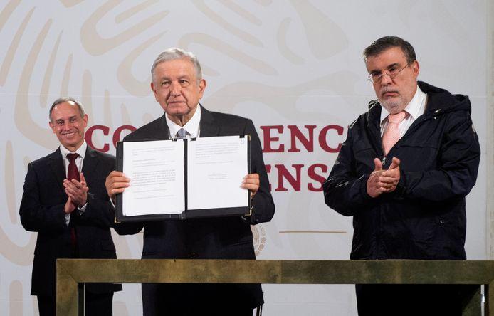 De Mexicaanse president Andrés Manuel López Obrador (midden) houdt het ondertekende verzoek omhoog dat hij naar de Senaat heeft gestuurd.