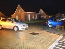 Automobilist rijdt met auto voortuin in na botsing in Lemelerveld