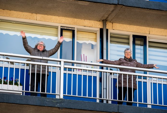 Bewoners van de flats aan het Banckertplein bewegen op instructies van instructeurs van Sportplaza.