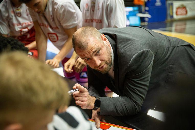 Christophe Beghin geeft instructies aan zijn spelers, die volgens hem veel te individueel speelden.