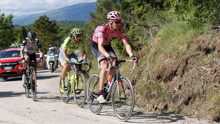 Tom Dumoulin rijdt in de roze trui de Alpe di Poti op. Beeld null