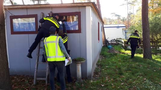 Agenten controleren een stacaravan waar mogelijk een hennepplantage in zit. Dat bleek niet het geval.