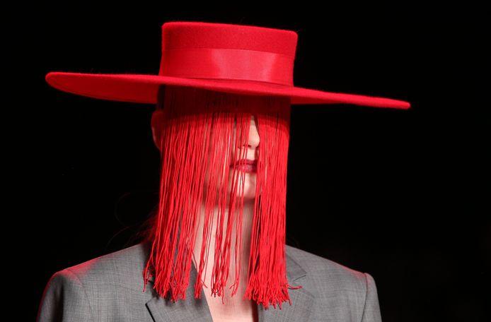 Een model showt een creatie van de Russische ontwerper Aslamova tijdens de Mercedes-Benz Fashion Week Russia in Moskou. Foto Mladen Antonov