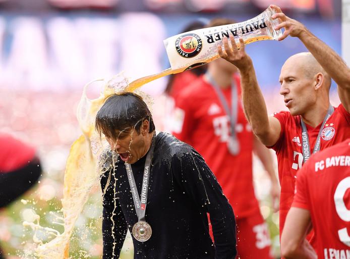 Niko Kovac moet de bierdouche van Arjen Robben ondergaan.