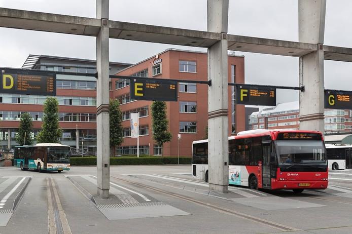 Het pand aan het Stationsplein, gezien vanaf het busstation