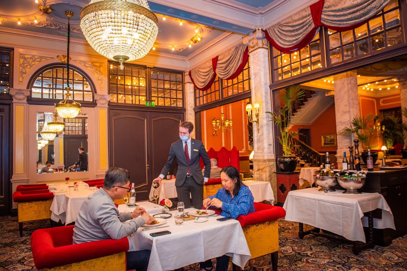 Sil en Julia Purwanto zijn 20 jaar getrouwd en verbleven afgelopen nacht in Hotel des Indes, waar ze ondanks de coronamaatregelen toch konden genieten van een maaltijd.