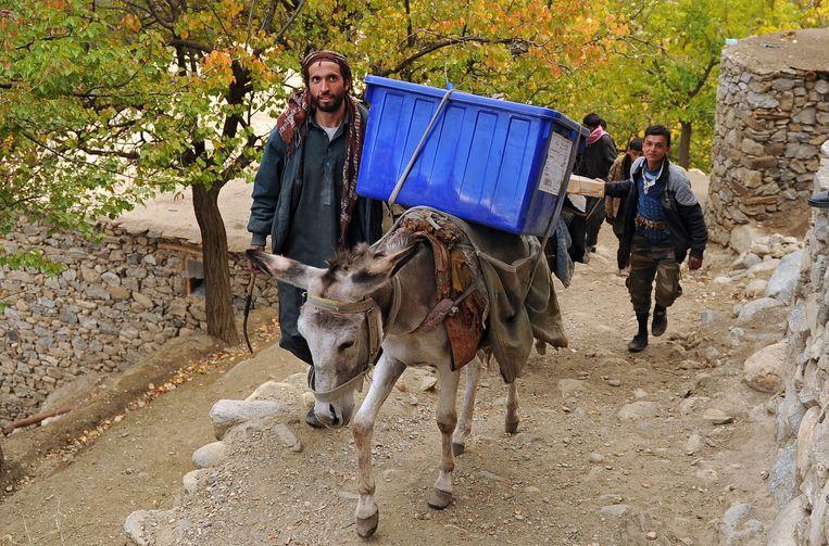 Afghaanse verkiezingsmedewerkers brengen stembussen en stemmateriaal naar de Abdullah Khil vallei in de noordelijke provincie Panjsher in Afghanistan.