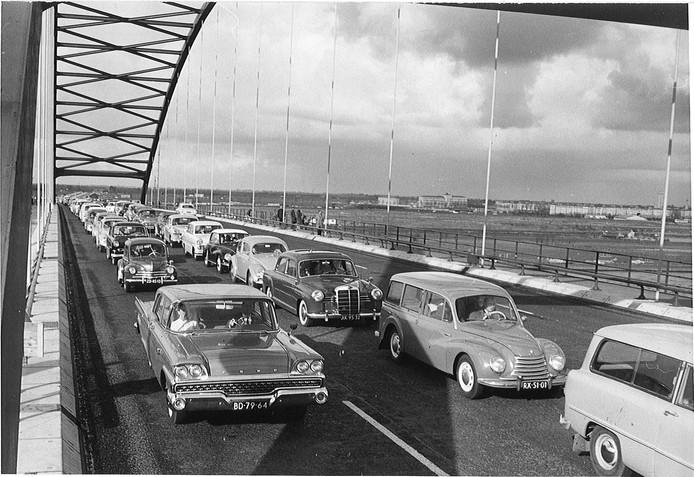 De eerste file op de Merwedebrug in 1961.