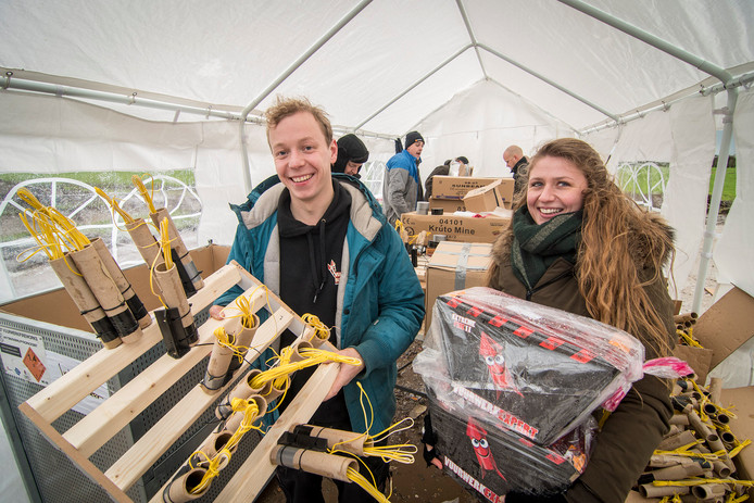 Met man en macht wordt gewerkt aan de vuurwerkshow die vanavond de lucht in gaat bij de Intratuin in IJsselstein. Links Tobias Brevé, rechts Robin Harteveld.