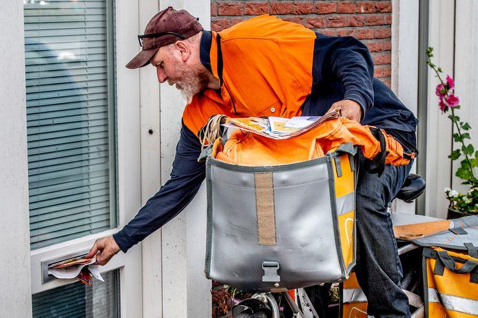 Een postbode van PostNL in Rotterdam.
