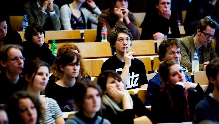 Studenten in een collegezaal. Het aantal hbo'ers dat een masteropleiding volgt aan de universiteit is sterk afgenomen. Beeld anp