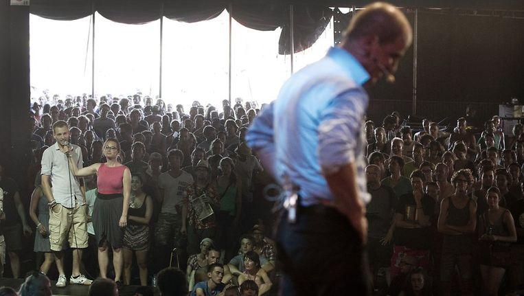 Lijsttrekker Diederik Samsom (PvdA) in debat met bezoekers van muziekfestival Lowlands. Lijsttrekkers en andere prominente politici van verscheidene partijen bezochten het festival op de derde en tevens laatste dag. Beeld anp