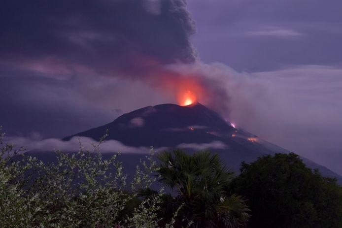 De uitbarsting van Ile Lewotolok