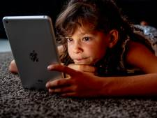 Puber slaapt slecht door schermgebruik in de avond