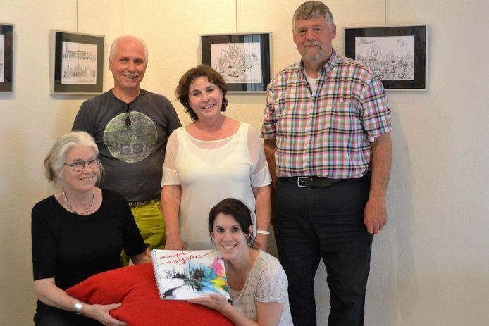 De vijf makers van het herinneringsboek van Veghel.