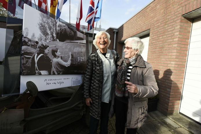 Ine van Wijck en Ria Vermeulen zijn na 71 jaar weer herenigd.