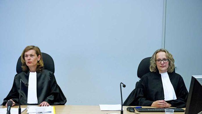 Rechter Mr Schoneveld (L) en griffier Mr Bosman (R) tijdens het kort geding