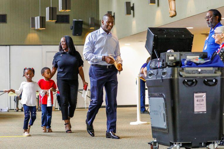 Democratisch gouverneurskandidaat Andrew Gillum brengt zijn stem uit. Hij kwam uiteindelijk minder dan 100.000 stemmen te kort om te winnen. Beeld REUTERS