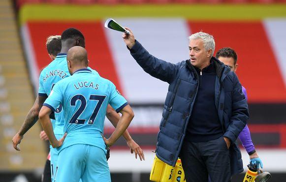 Jose Mourinho met aanwijzingen op Bramall Lane.