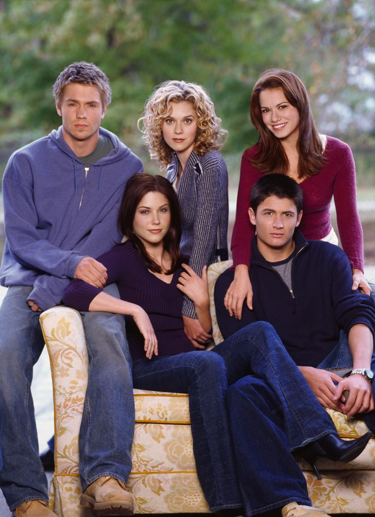 foto : Chad Michael Murray (Lucas Scott), Hilarie Burton (Peyton Sawyer), Bethany Joy Galeotti (Haley James Scott), Sophia Bush (Brooke Davis) en James Lafferty (Nathan Scott)